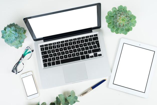 Teclado de laptop com acessórios femininos dourados e plantas verdes simulando uma cena em estilo plano