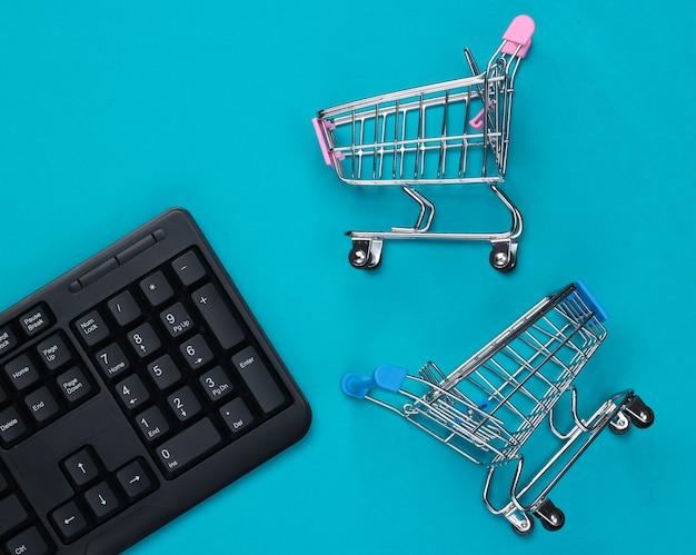 Teclado de pc com carrinhos de supermercado em azul
