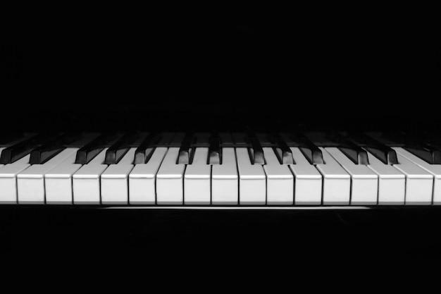 Teclado de piano clássico em fundo preto