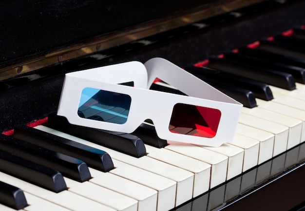 Teclado de piano com óculos 3d