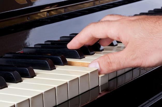 Teclado de piano de marfim com as mãos