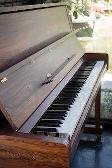 Teclado de piano de um instrumento de música antiga