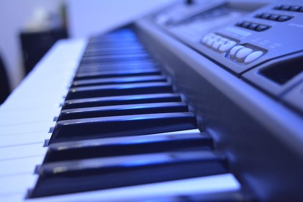 Teclado de piano em primeiro plano