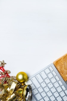Teclado, decorações de natal e renas