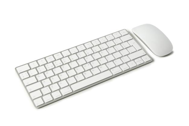 Teclado e mouse de computador isolados no fundo branco