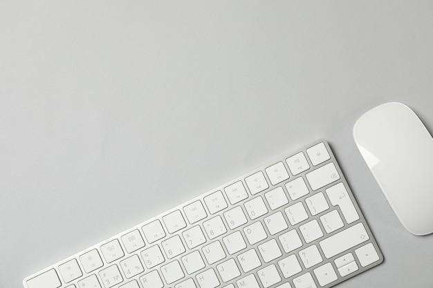 Teclado e mouse em fundo cinza, vista superior