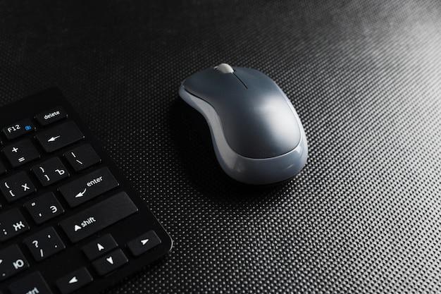 Teclado e mouse na mesa,