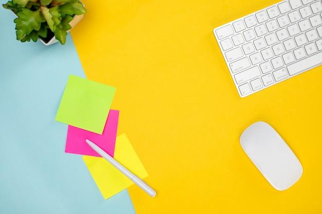 Teclado e mouse sem fio e papel colorido