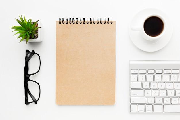 Teclado e notebook de vista superior