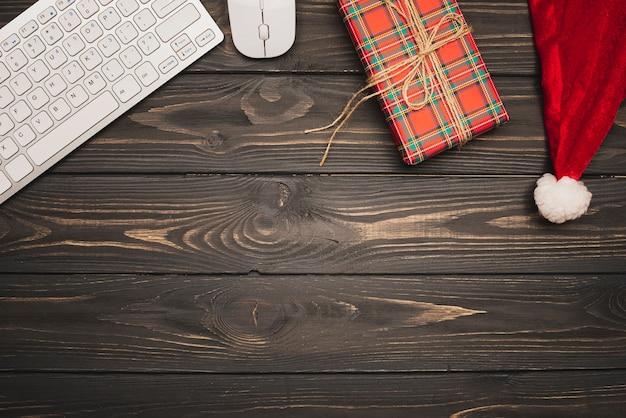 Teclado e presente de natal em fundo de madeira
