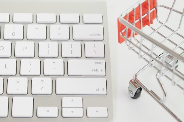 Teclado fechado e modelo de carrinho de compras