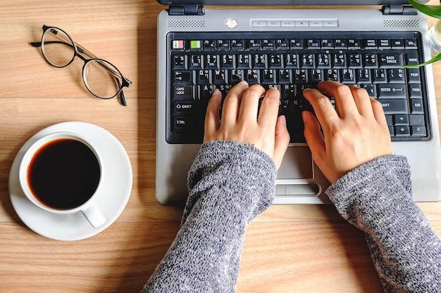 Teclado mão-datilografado de trabalho da mulher.