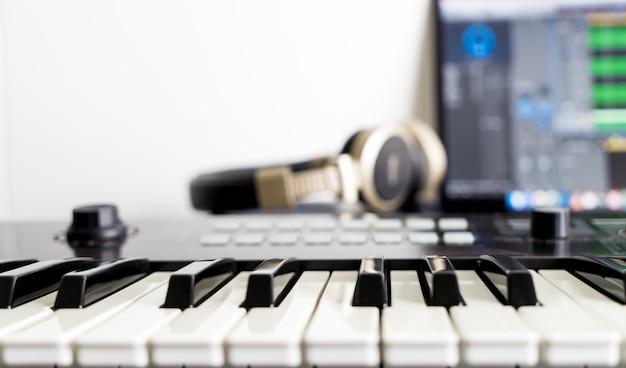 Teclado musical em daw home studio music station