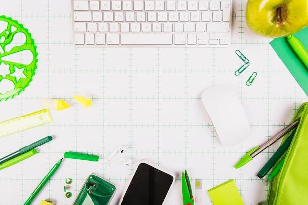 Teclado, smartphone e papelaria