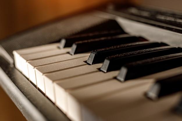 Teclas brancas e pretas no teclado do piano