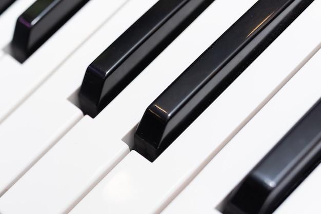 Teclas de piano preto e branco close-up