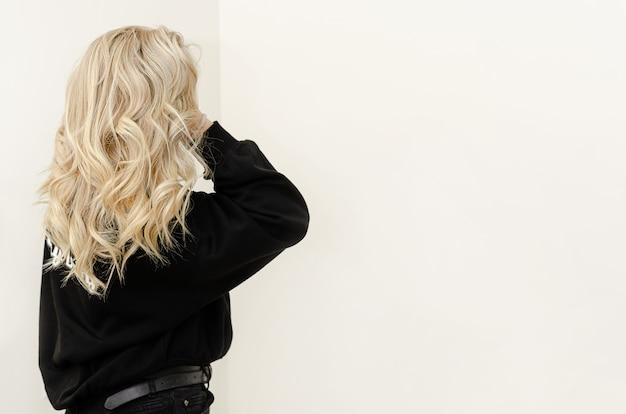 Técnica airtouch na moda moderna para tingir os cabelos. aparência natural. copie o espaço