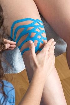 Técnica de joelho linfático, duas tiras de ventilador. fita cinesiologia
