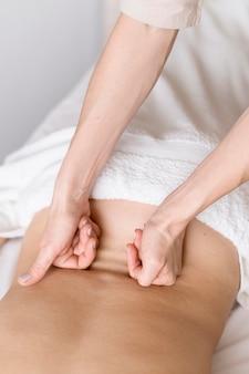 Técnica terapêutica de massagem nas costas