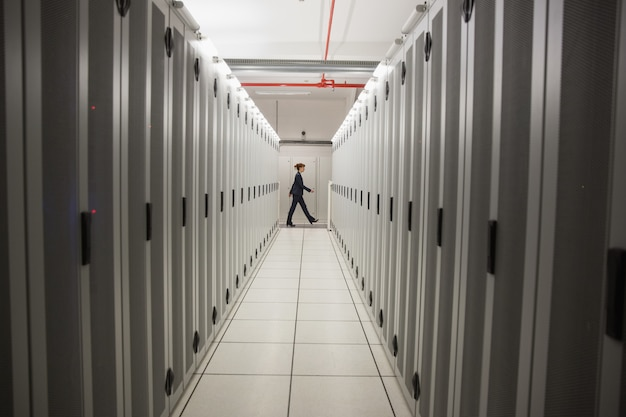 Técnico andando no corredor do servidor