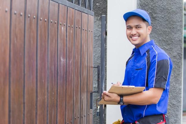 Técnico chegando à casa do cliente