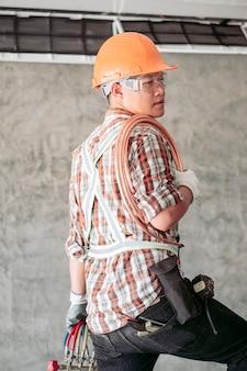 Técnico com roupa de segurança padrão prestes a verificar o compressor do ar condicionado