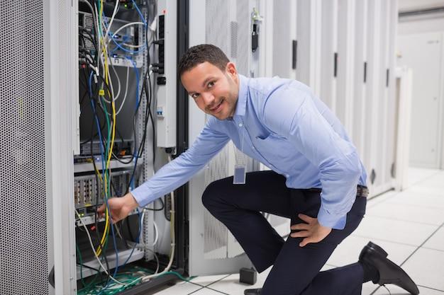 Técnico conectando o cabo ao servidor