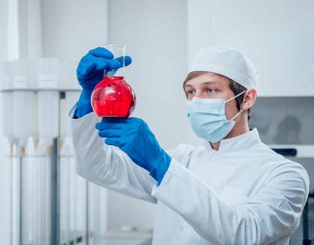Técnico de ciência no trabalho em laboratório.