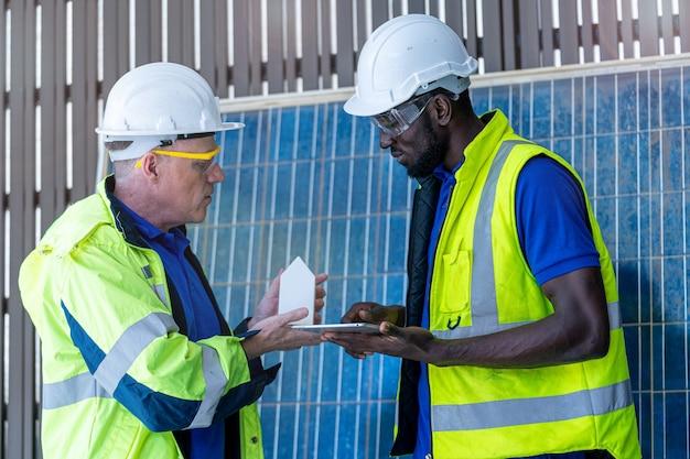 Técnico de fábrica mostrando e verificando a construção do modelo para seu colega de trabalho
