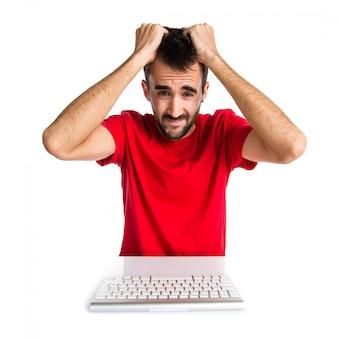Técnico de informática frustrado, trabalhando com seu teclado