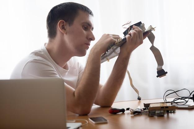 Técnico de informática reparar motherboard
