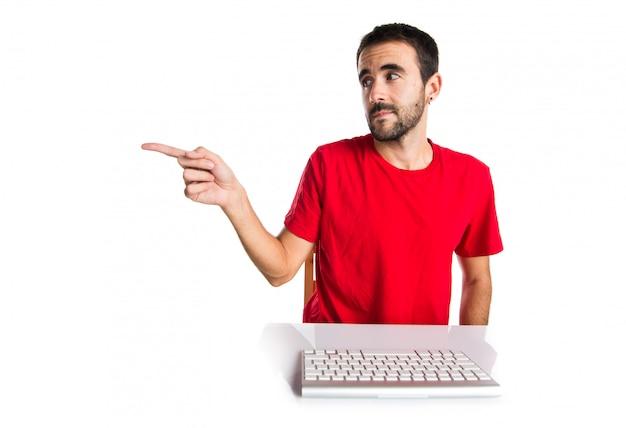Técnico de informática, trabalhando com o teclado apontando para a lateral