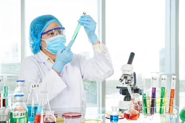 Técnico de laboratório com tubo de ensaio