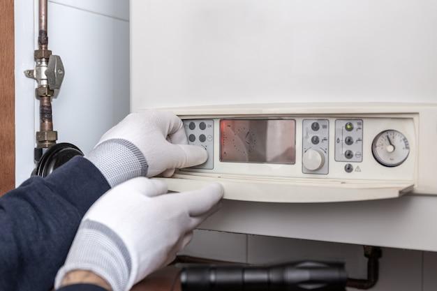 Técnico de manutenção de caldeira de aquecimento em uma casa. conceito de manutenção