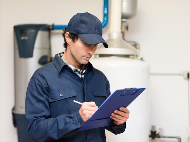 Técnico de manutenção de um aquecedor de água quente