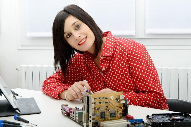 Técnico de mulher morena repara um computador