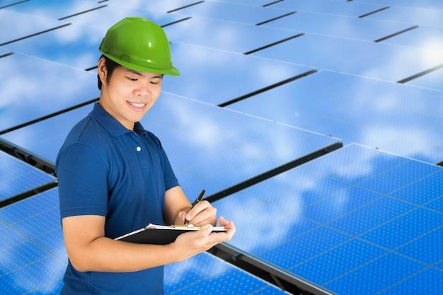 Técnico de painel solar com estação de painel solar azul