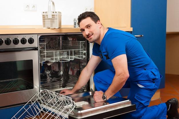 Técnico de reparação da máquina de lavar louça