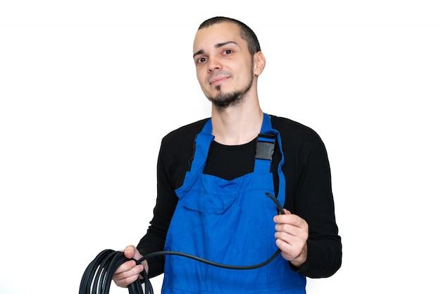 Técnico de reparação e instalação de janela profissional segurando uma junta de borracha para janelas de pvc na mão.