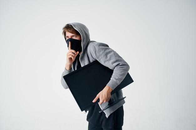 Técnico de roubo furtivo cabeça encapuzada hacker de máquina