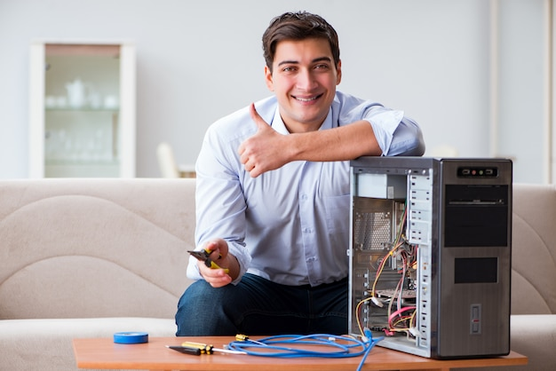 Técnico de ti reparando computador desktop quebrado