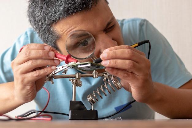 Técnico eletronico trabalhando