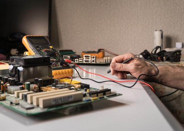Técnico em eletrônica está testando um chip de computador. conserto de pc