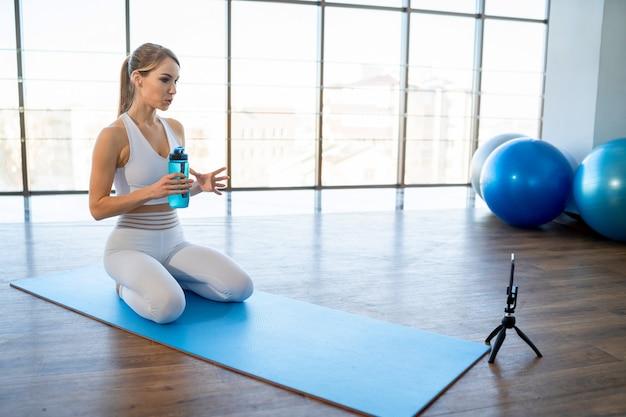 Técnico esportivo sentado em frente a um smartphone