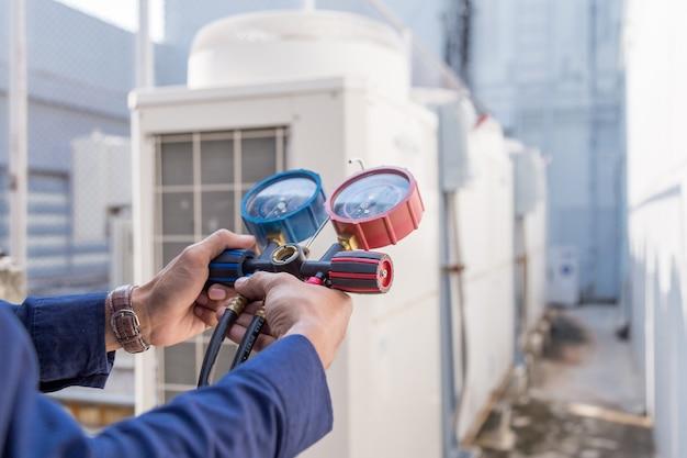 Técnico está verificando o ar condicionado