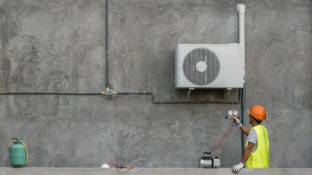 Técnico está verificando o condicionador de ar
