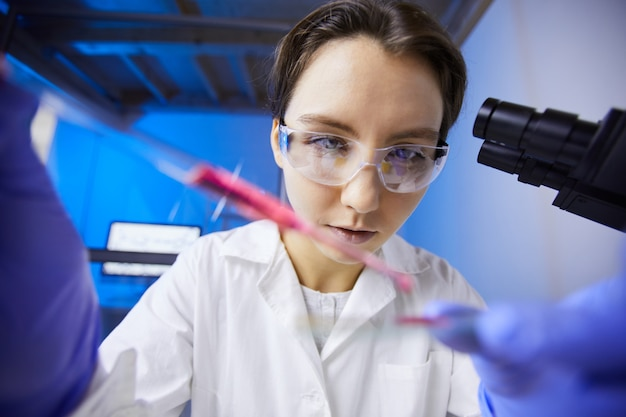 Técnico feminino em laboratório