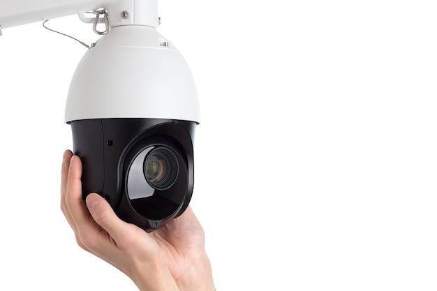 Técnico instalando câmera de vídeo de segurança cctv