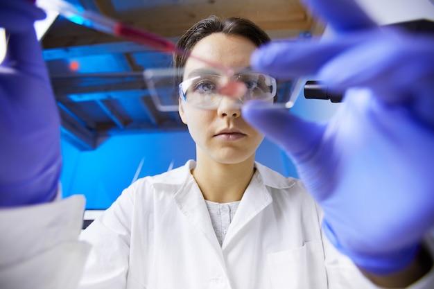 Técnico médico em laboratório