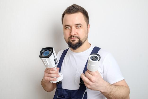 Técnico mostrando câmeras de segurança cctv